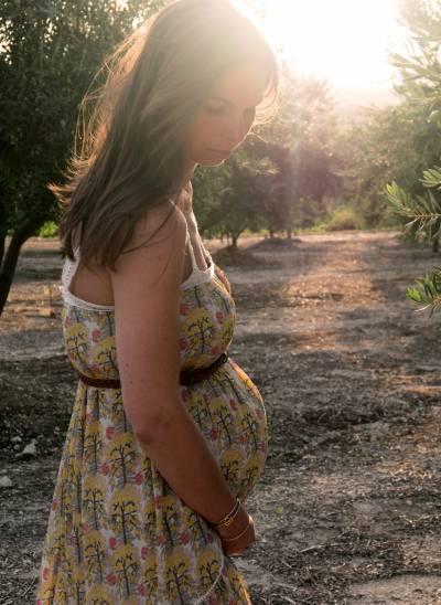 Maman enceinte détendue durant son congé maternité