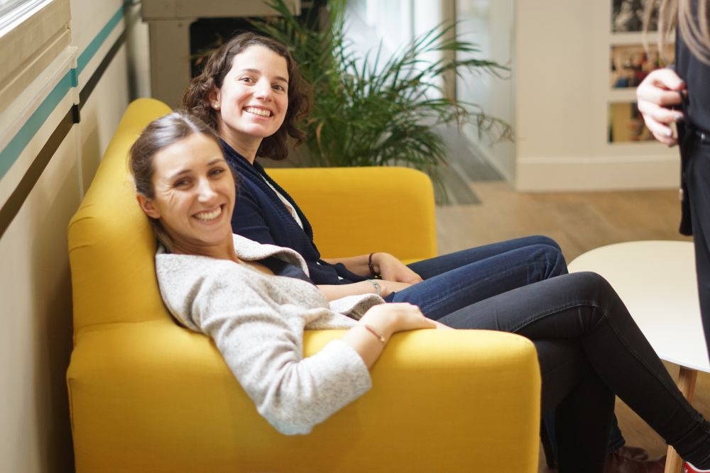 Des employés heureux de vivre une expérience professionnelle conviviale et épanouissante