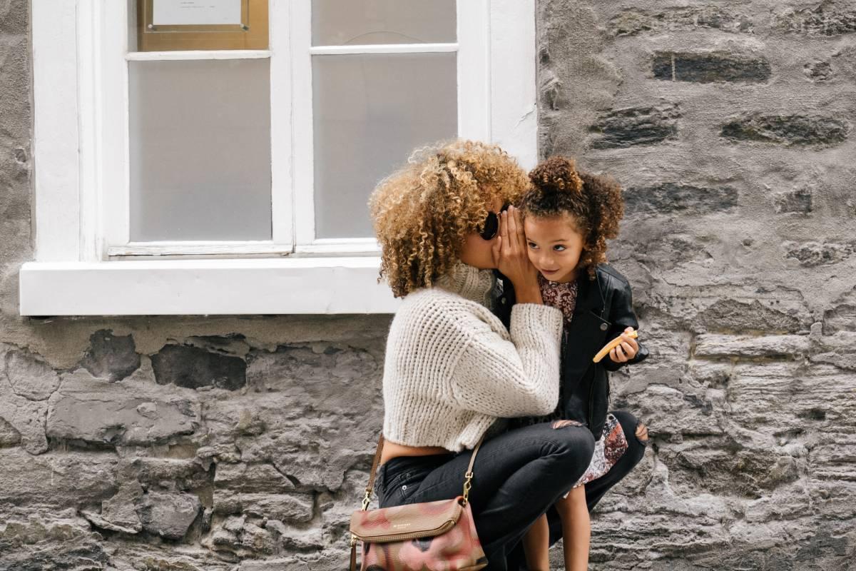 Mère qui porte sa fille