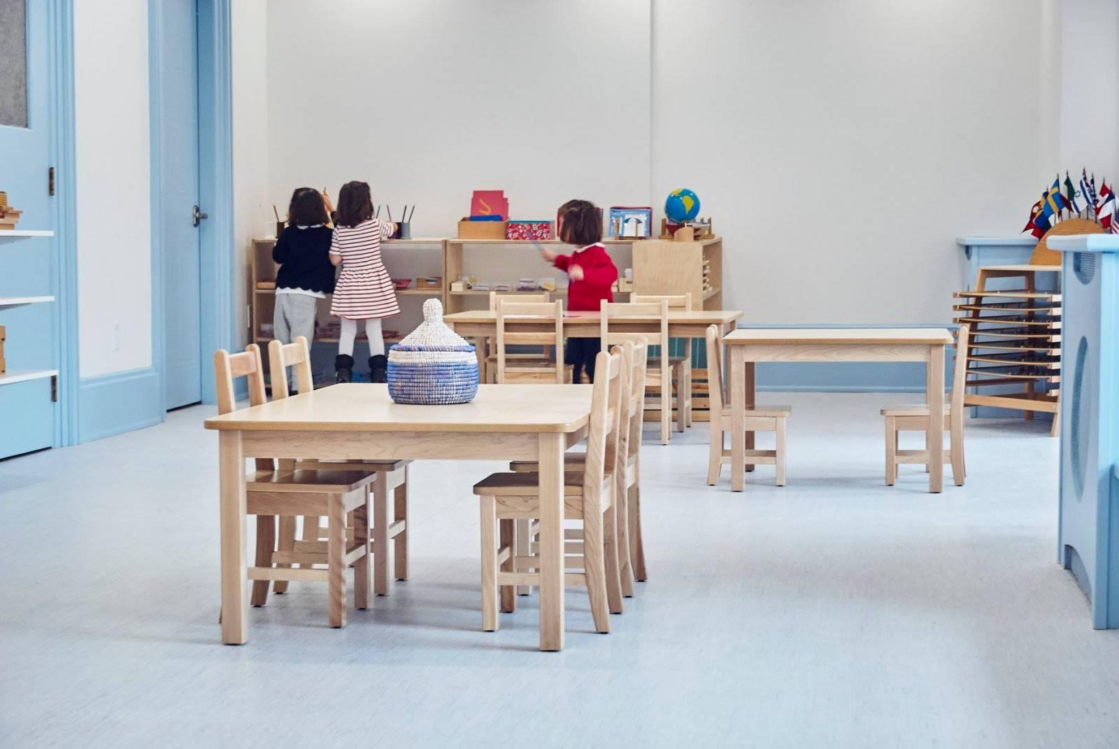 Image d'enfants dans une salle d'école.