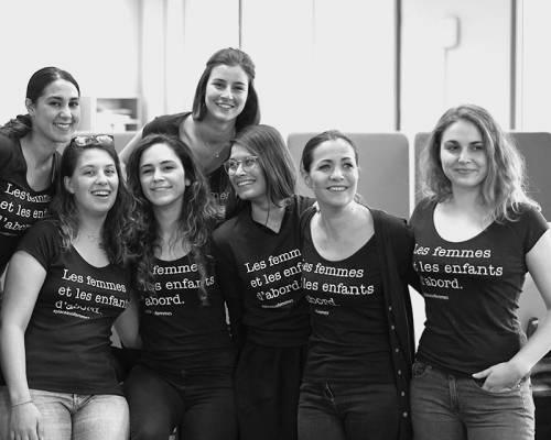 Photo d'équipe le jour de la sortie de notre manifester Place Aux Femmes. Nous sommes au service des familles, des entreprises et des gestionnaires de crèches